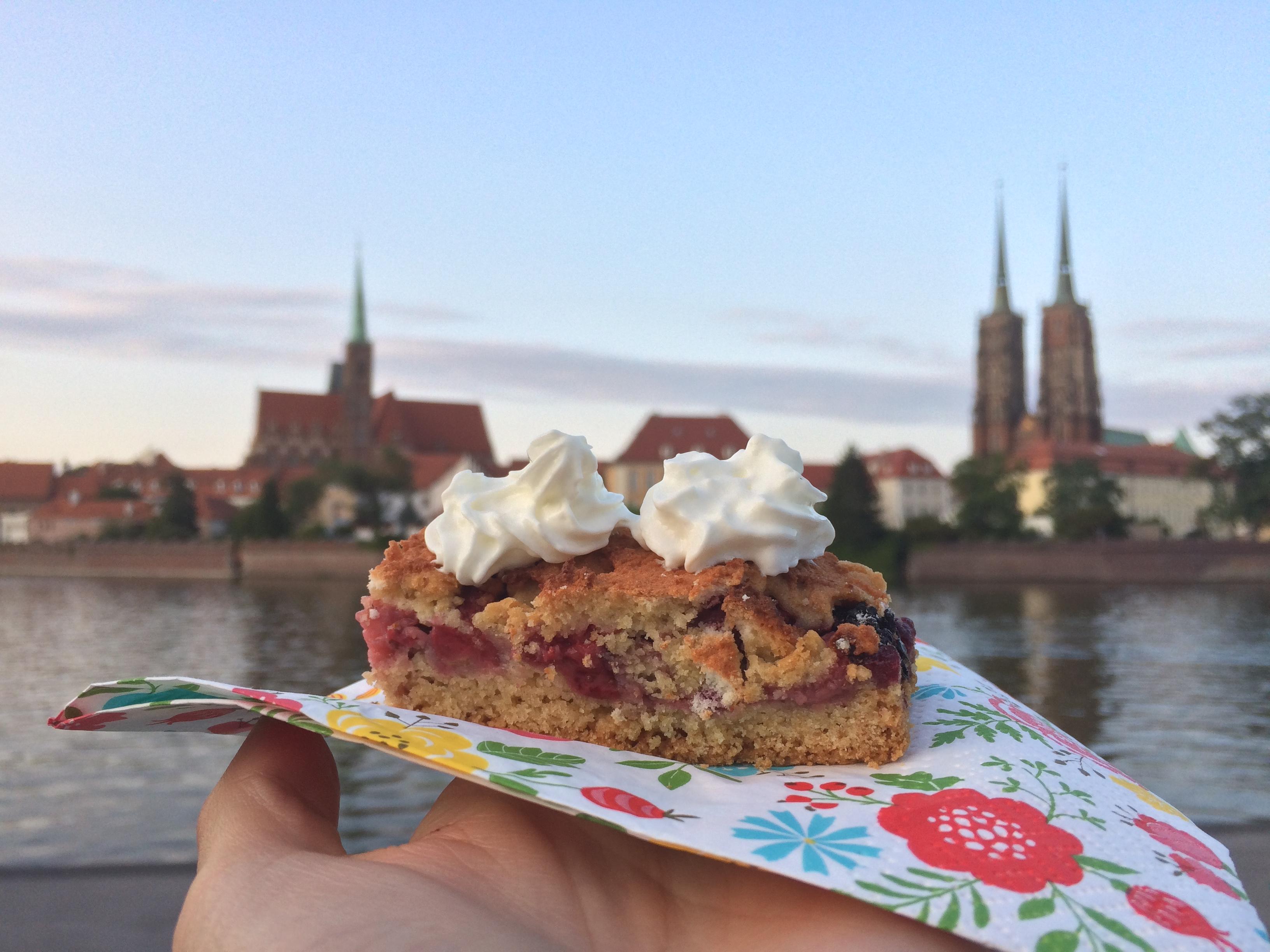 Pyszne ciasto na tle Wrocławia - idealnie nadaje się na piknik